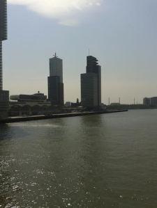 De oude haven van Rotterdam met op de achtergrond het hoofdkantoor